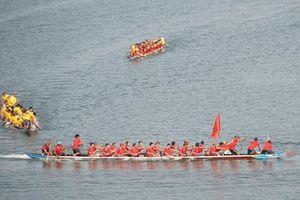 Hàng trăm người chen chân xem giải đua thuyền 'Về nguồn'