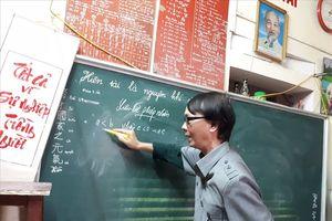 Chuyện về người thầy giáo đứng dạy học chỉ với một tư thế