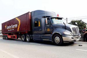 Va chạm với container, hai vợ chồng thương vong