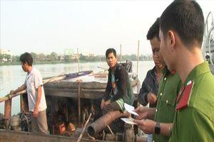 Bắt giữ 5 thuyền khai thác cát trên sông Hương