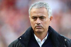 Mourinho liên tục bị các CĐV 'ném đá'