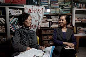 Người phụ nữ rút lương hưu dựng quầy sách báo miễn phí