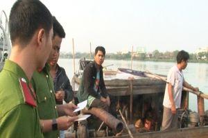 Bắt giữ 5 thuyền máy hút cát, sỏi trái phép trên sông Hương