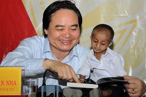 Bộ trưởng Phùng Xuân Nhạ thực hiện lời hẹn thăm cậu học trò tí hon Đinh Văn K'Rể