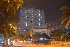 Đèn vẫn sáng trong chung cư có lệnh di dân khẩn cấp