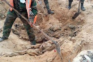 Kinh hoàng hố chôn tập thể 200 binh sĩ Syria bị IS giết