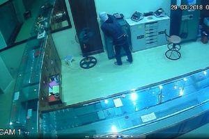 Camera ghi hình tên trộm đột nhập tiệm vàng, 'khoắng' đi số vàng trị giá 700 triệu đồng