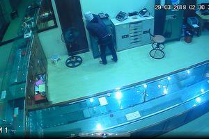 Camera ghi hình tên trộm đột nhập tiệm vàng ở thị trấn phố núi