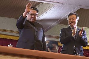Chuyện lạ, ông Kim Jong-un và phu nhân trực tiếp xem nghệ sĩ Hàn biểu diễn