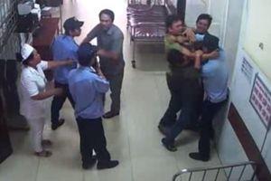 Chồng bệnh nhân chửi bới, hành hung nữ bác sĩ và điều dưỡng ngay tại bệnh viện