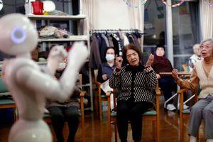 Robot chăm sóc người cao tuổi phát triển mạnh tại Nhật Bản