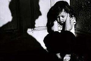 Mẹ không có nhà, con gái 10 tuổi bị bố đẻ làm hại