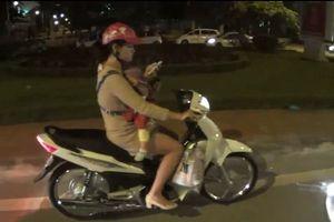 Clip: Địu trẻ trước ngực, người phụ nữ vẫn thản nhiên bấm điện thoại khi lái xe