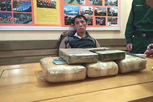 Vây bắt kẻ vận chuyển 18.000 viên ma túy, một cảnh sát bị thương