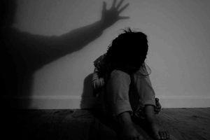 Bắt giam gã cha đồi bại hại đời con gái 10 tuổi