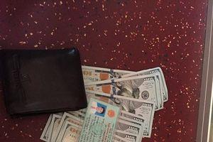 Thanh niên Nghệ An trả lại 8300 USD cho người đánh rơi