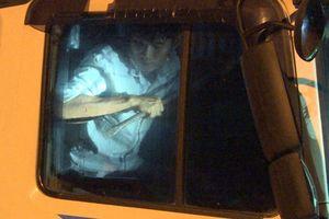 Tài xế lái xe tải lao vào cảnh sát rồi chốt cửa cố thủ 3 giờ