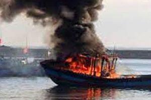 4 ngư dân ôm phao nhảy xuống biển khi tàu cá bốc cháy dữ dội