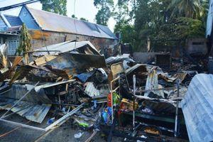 Cháy lớn thiêu rụi ba căn nhà lúc nữa đêm