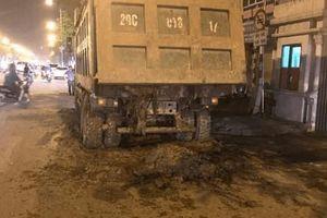 Hà Nội: Bắt quả tang xe tải làm rơi vãi phế thải trên đường Nguyễn Văn Cừ