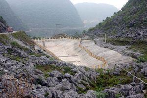 Hồ treo 'đói' nước, người dân cầu cứu chính quyền