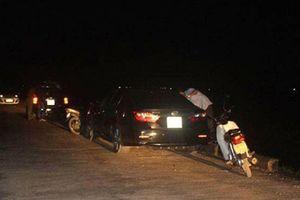 Bị chồng bắt quả tang, nữ phó phòng cố thủ trên xe với hàng xóm
