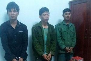 Bắt 3 đối tượng cõng 160kg pháo từ Lào về Việt Nam