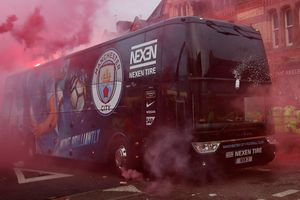 HLV Guardiola nổi giận khi xe bus chở cầu thủ Man City bị tấn công