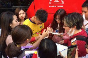 Fan SLNA dí tuyển thủ U.23 Việt Nam sát thành xe để tỏ lòng ái mộ