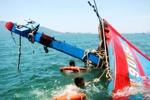 Nghệ An: Hai tàu cá bị tàu lạ đâm chìm, 7 thuyền viên bị thương