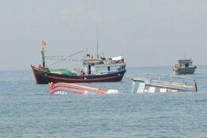 Hai tàu cá Nghệ An bị tàu vỏ sắt không rõ quốc tịch đâm chìm, 7 người bị thương
