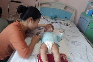 Bé gái 9 tháng tuổi sốc, bại não sau một mũi tiêm