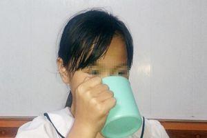 Kỷ luật cô giáo bắt học sinh lớp 3 uống nước giặt giẻ lau bảng
