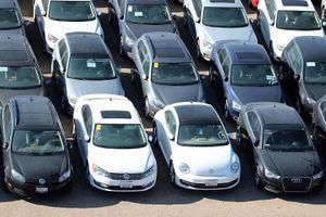 Hình ảnh hàng trăm nghìn xe Volkswagen nằm phơi nắng, phủ bụi