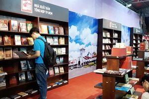 Sách Việt ra thế giới: Không thể 'tự bơi'