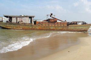 Bán đấu giá tàu sắt vô chủ trôi dạt vào bờ biển Quảng Nam
