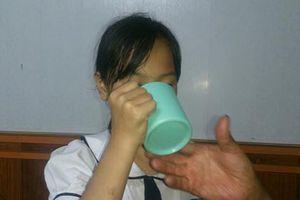 Cô phạt trò uống nước vắt giẻ lau bảng