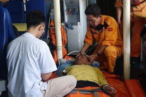 14 tiếng xuyên đêm trên biển động mạnh cứu thuyền trưởng bị tai biến