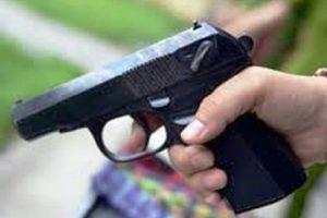 Bắt giữ 2 thanh niên bắn súng làm vỡ kính xe tải sau va chạm giao thông