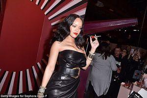 Ca sĩ bốc lửa Rihanna diện đầm cúp ngực gợi cảm, hút mọi ánh nhìn