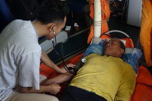 Cứu nạn thuyền trưởng tàu đánh cá bị liệt nửa người khi đi biển