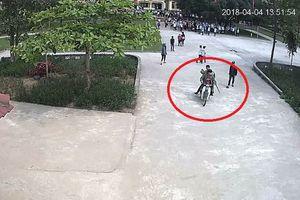 Nhóm thanh niên cầm hung khí, truy sát một học sinh giữa sân trường