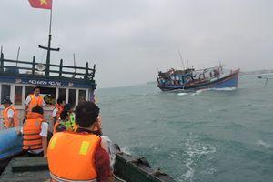 Lai dắt tàu cá cùng 12 ngư dân bị nạn trên biển về đảo Lý Sơn an toàn
