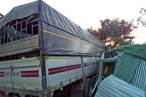 Xe tải mất lái tông sập nhà dân