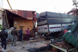 4 người đang ngủ hốt hoàng vùng dậy vì nhà bị tông sập