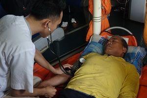 Cứu sống một ngư dân bị tai biến nặng trên biển
