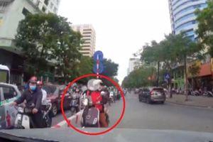 Clip: Tài xế ô tô quyết không nhân nhượng, ép lùi nữ 'ninja Vespa' về đúng làn đường quy định