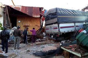 Xe tải tông sập căn nhà có 4 người đang ngủ