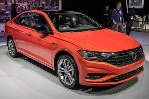 Volkswagen Jetta 2019 giá 19.395 USD, đối thủ Mazda3