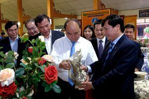 Thủ tướng Nguyễn Xuân Phúc thăm Công ty Cổ phần gốm Chu Đậu